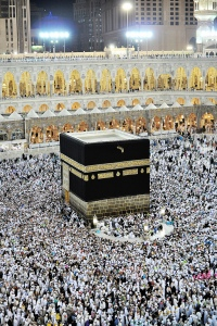 pilgrims-circumambulating-around-the-kaba-at-night